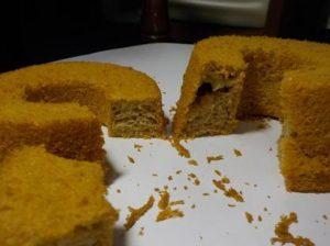 イチゴ50gとバター20g入れたスポンジケーキ 右はじめ 左終わり